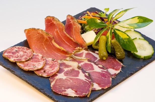 http://ampugnani.com/assiette-charcuterie-corse.jpg